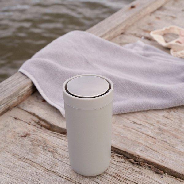 Stelton TO GO CLICK Stalowy Kubek Termiczny 400 ml Jasnoszary Soft Light Grey