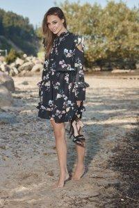 Modna sukienka z wyciętymi ramionami L276 czarny w kwiatki