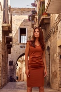 S174 Sukienka z dekoltem i marszczeniem na przodzie - ruda