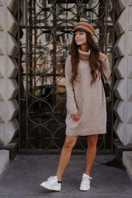 Swetrowa sukienka z golfem i guzikami LS304 capucino
