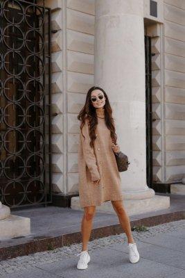 Swetrowa sukienka z golfem i guzikami LS304 kamel
