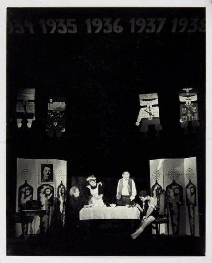 [Teatr Rozmaitości w Krakowie - sceny z przedstawienia Dwanaście krzeseł Ilji Ilfa i Eugeniusza Pietrowa]. [VIII 1967]. Zestaw 4 fotografii autorstwa Zbigniewa Łagockiego