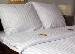 Biała gładka pościel adamaszkowa marki Andropol 200x220 cm 100% bawełna