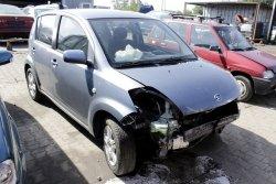 Zwrotnica przód lewa Daihatsu Sirion 2007 1.3i 5D