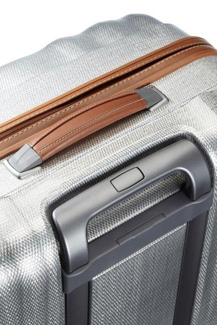Górna rączka bagażu pokryta skórą