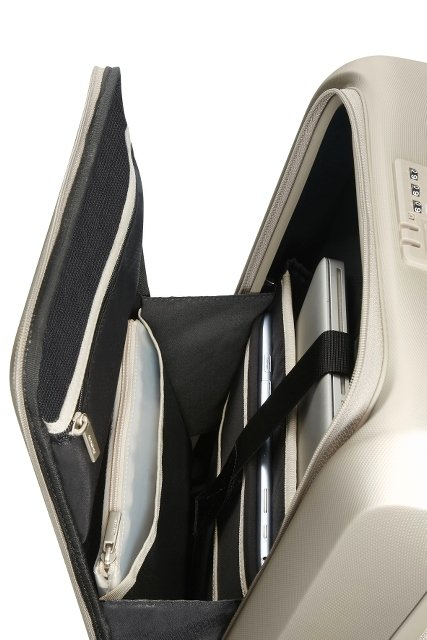 Bagaż posiada zewnętrzną kieszeń na laptopa i dokumenty