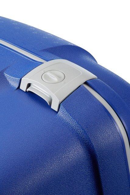 Bagaż zapinany jest na trzy zatrzaski