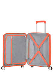 Bagaż wewnątrz dzielony jest na dwie części. Jedna zamykana na suwak zkieszenią, a druga z tasmą przytrzymującą ubrania