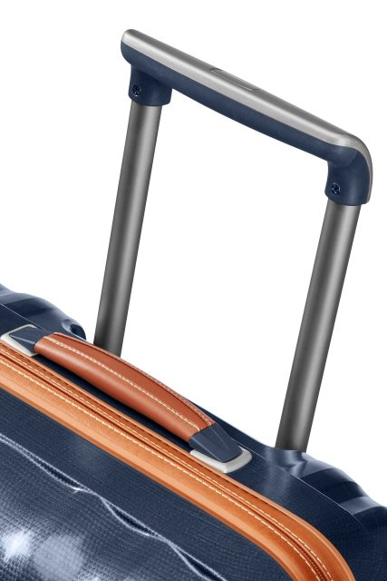 Bagaż posiada skórzaną górną rączkę