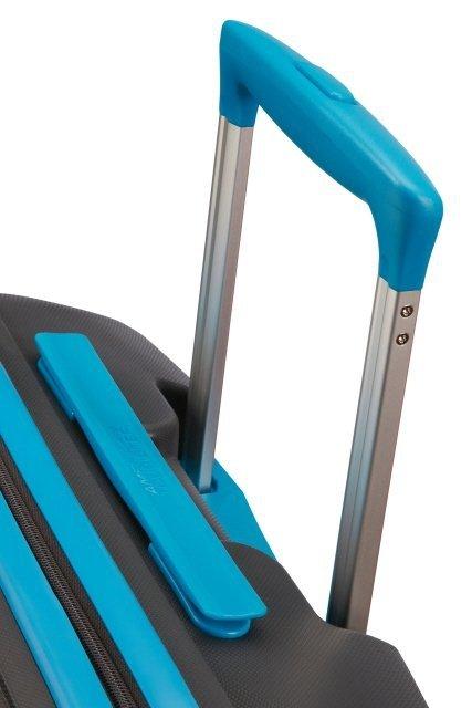 Bagaż posiada wysówaną rączkę oraz uchwyt na górze bagażu