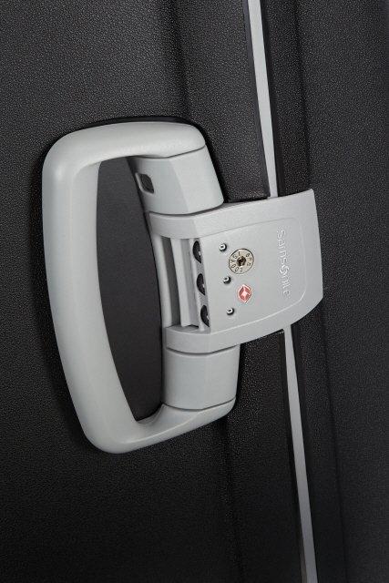 Z boku bagażu rączka z wbudowanym zamkiem szyfrowym z systemem TSA