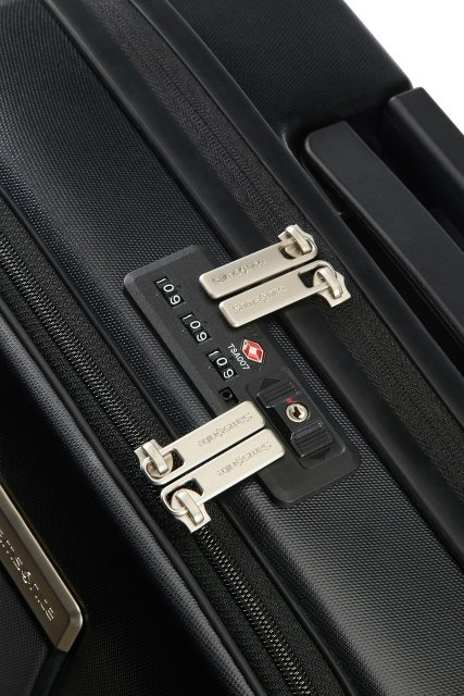 Bagaż posiada podwójny zamek szyfrowy do głównej komory oraz do zewnętrznej kieszeni. Dzięki podwójnemu zamkowi szyfrowemu nie musimy dodatkowo zabezpieczać kłudką bagażu