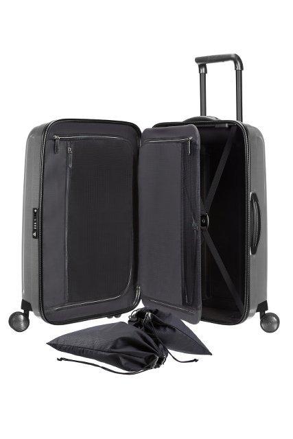 Bagaż posiada wewnątrz worki na obuwie, wieszak z odpinanym pokrowcem na koszule, dwa pajączki, przegroda oddzielająca zapinana na zamek
