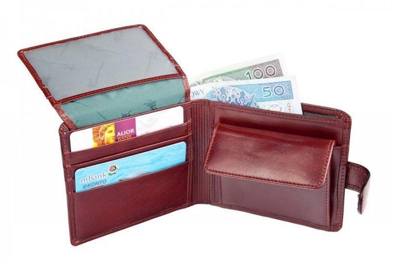 Portfel posiada dwie przegrody na banknoty