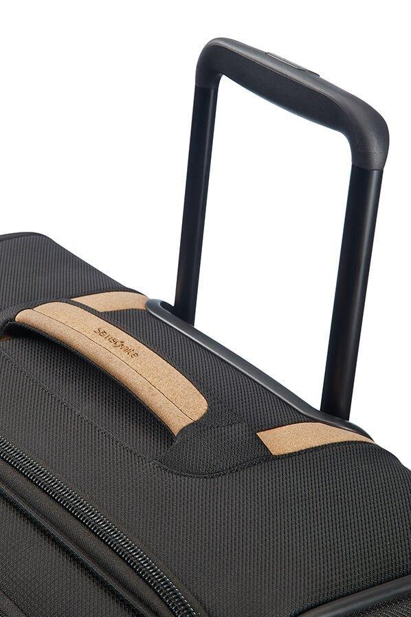 Bagaż posiada wyciągany stelaż do wygodnego prowadzenia walizki oraz górny uchwyt