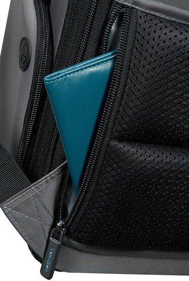 Plecak posiada bezpieczną kieszeń na tyle plecaka