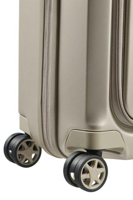 Bagaż posiada cztery obrotowe koła