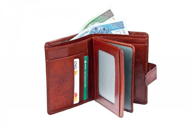 Portfel posiada dwie części ruchome po środku portfela z szybkami na dokumenty i dowód rejestracyjny