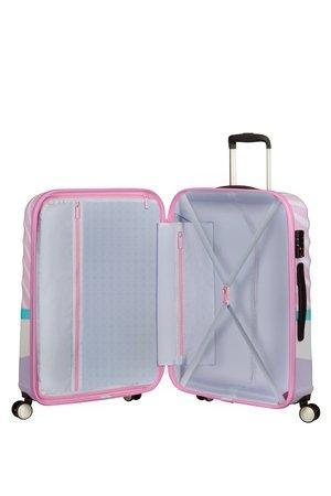 Bagaż wewnątrz posiada dwie komory do pakowania. Po jednej stronie znajdują sie pasy krzyżowe do spięcia zawartości walizki oraz przekładka z kieszenią oddzielająca obie części zamykana na suwak
