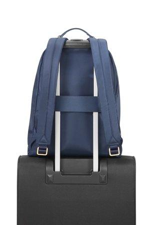 Plecak posiada taśme dzięki, którek można plecak nałożyć na stelaż innego bagażu