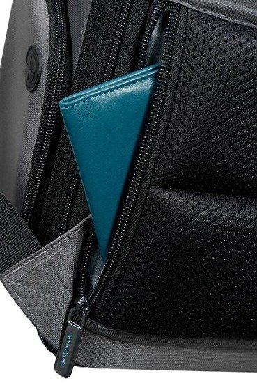 Plecak na tyle posiada bezpieczną kieszeń