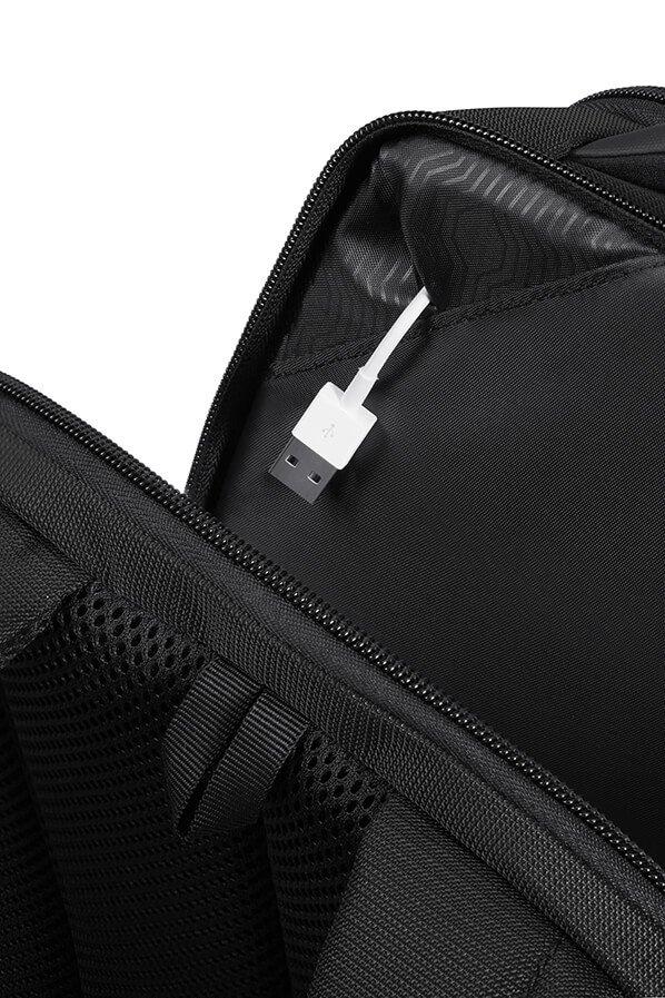 Plecak posiada Easy Pass, co pozwala na łatwe przepuszczanie kabli poprzez różne przedziały torby, umożliwiając ładowanie urządzeń elektronicznych bez ich wyjmowania.