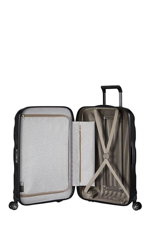 Bagaż posiada wewnątrz dwie komory. Jedna z pasami spinającymi ubrania, druga z materiałową przekładką zapinaną na suwak oraz wewnętrzną kieszenią