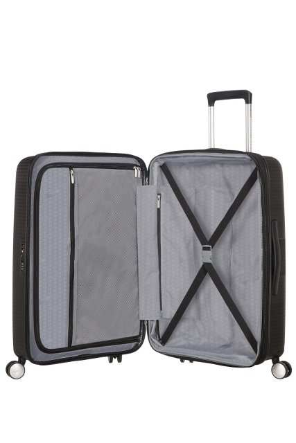 Bagaż dzielony jest na dwie części. Z jednej strony zamykana część na suwak, z drugiej pas w kształcie pajączka do przytrzymania ubrań