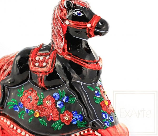 czerwone bombki koń na biegunach