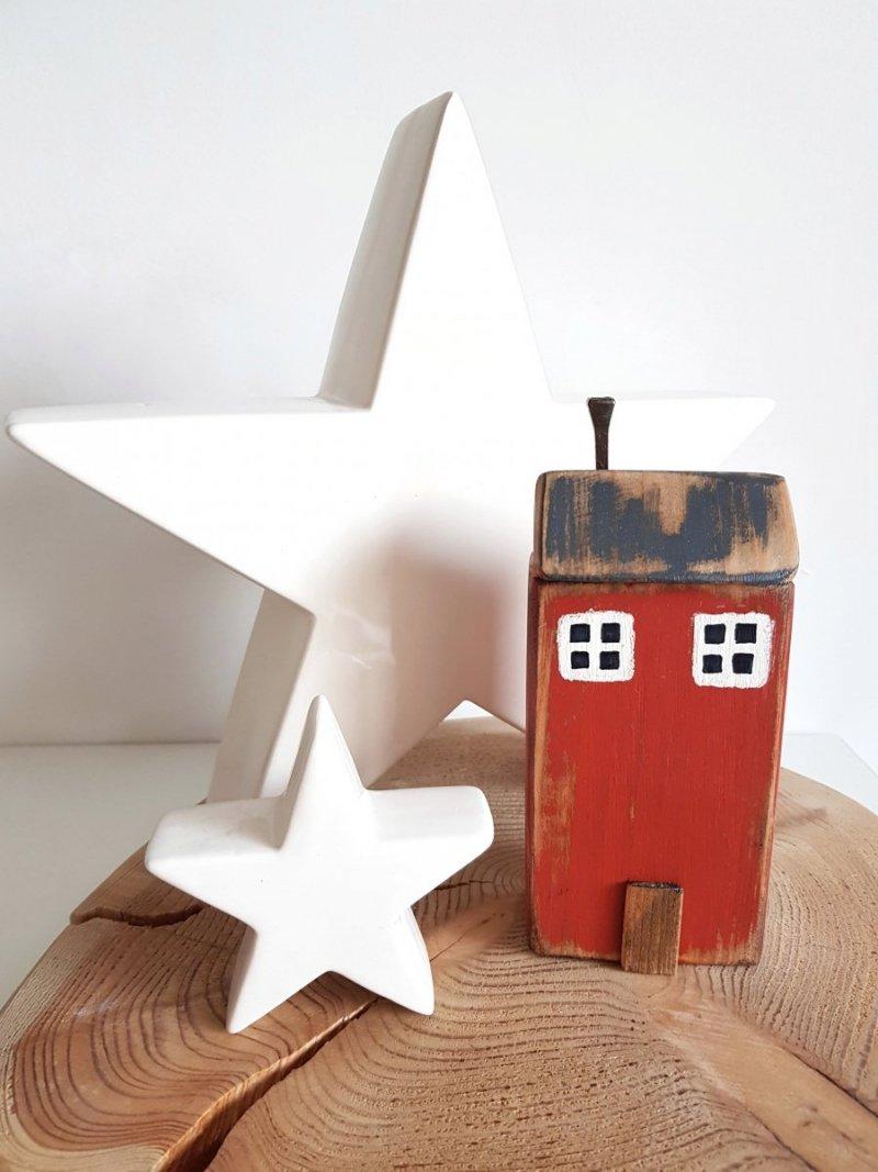 Drewniany domek czerwony