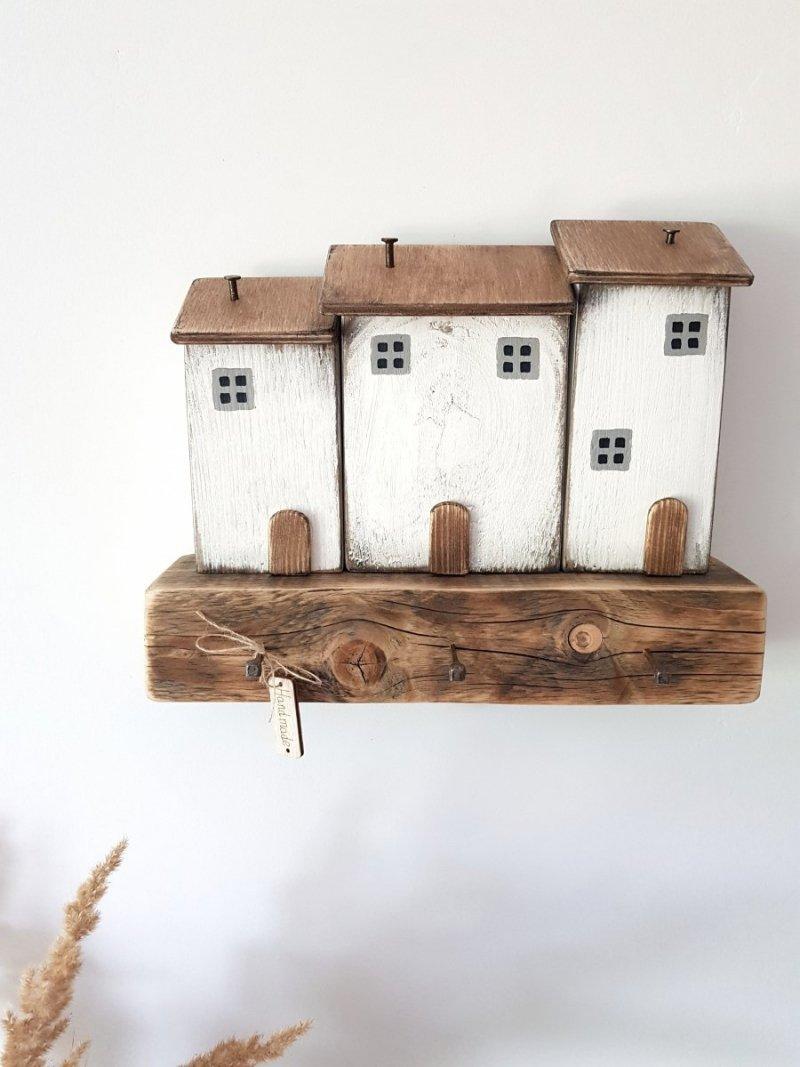 Drewniany wieszak na klucze domki białe