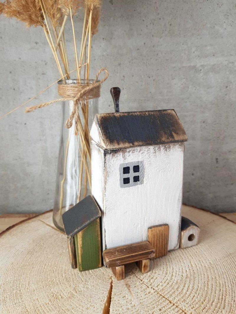 Drewniany domek biały