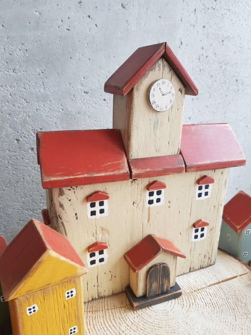 Drewniany domek ratusz z poddaszem