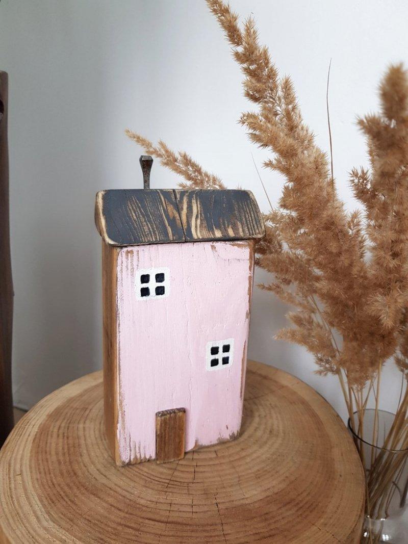 Drewniany domek różowy
