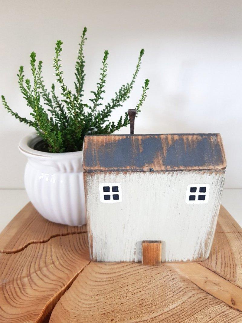 Drewniany domek szary beż