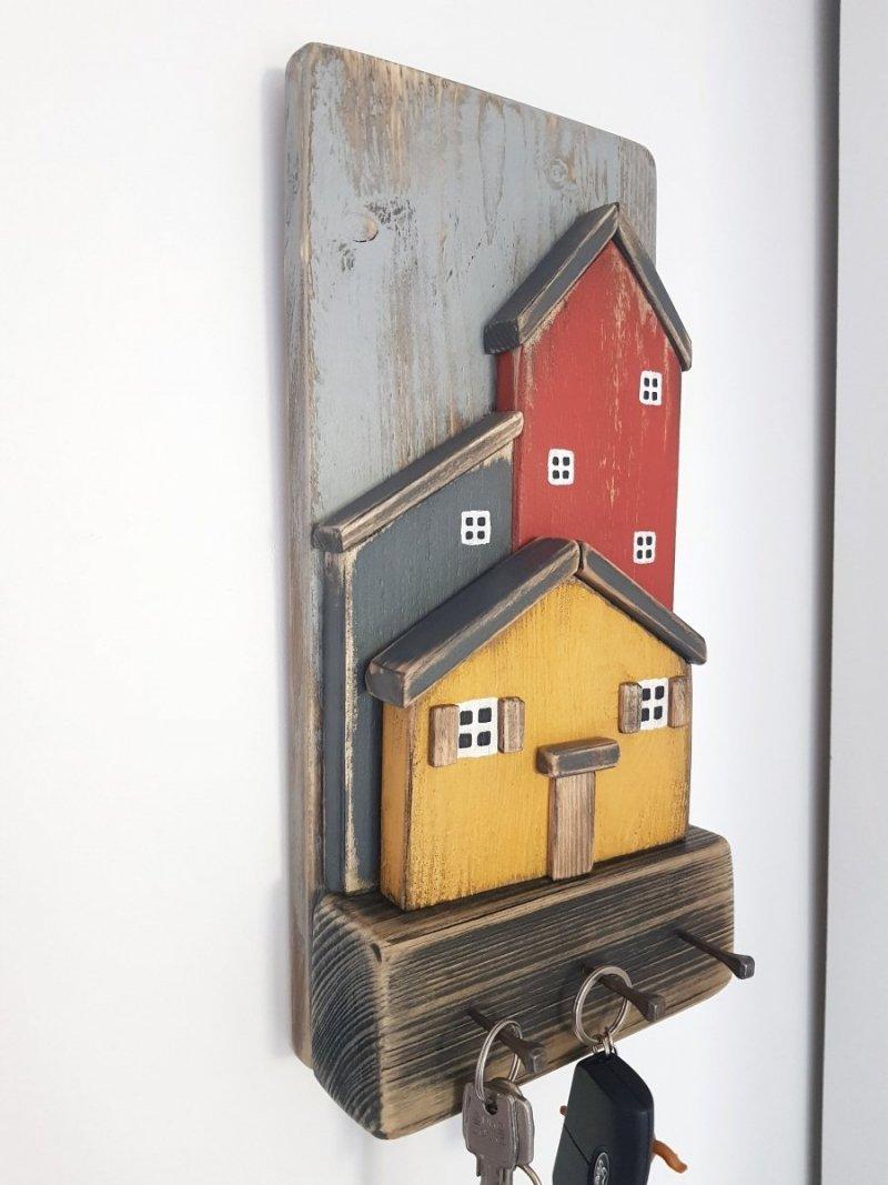 Drewniany wieszak na klucze domki
