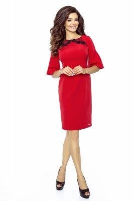 Pudełkowa sukienka z rękawem 3/4 rozkloszowanym na końcach i koronkową wstawką na dekolcie