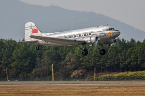 Trumpeter 05813 DC-3 CNAC 1/48