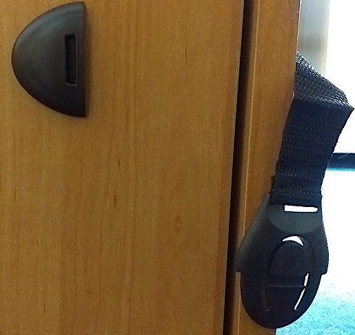 Zabezpieczenie blokada szuflad szafek brąz