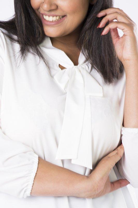 Elegancka-bluzka-plus-size-xl-xxl-AURORA-o-koszulowym-kroju-z-fontaziem-kremowa-material