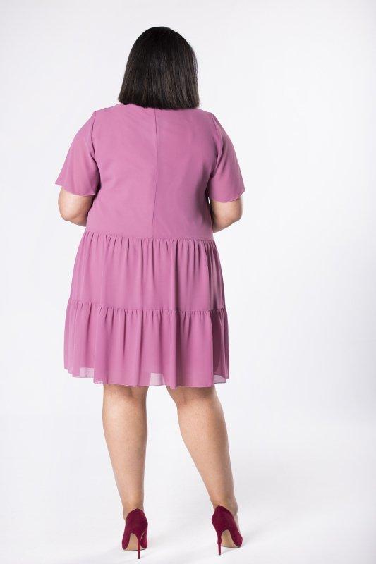 Tiulowa sukienka z wiązaniem w pasie i falbanami na dole