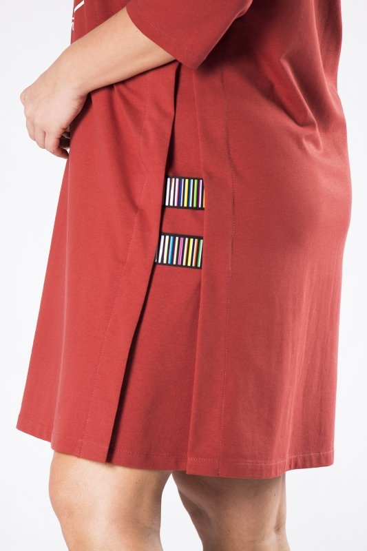 dzianinowa sukienka z nadrukiem na biuście i kolorowymi ściągaczami po bokach