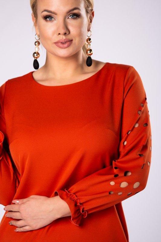 trapezowa sukienka z ażurowymi wycinaniami na rękawach