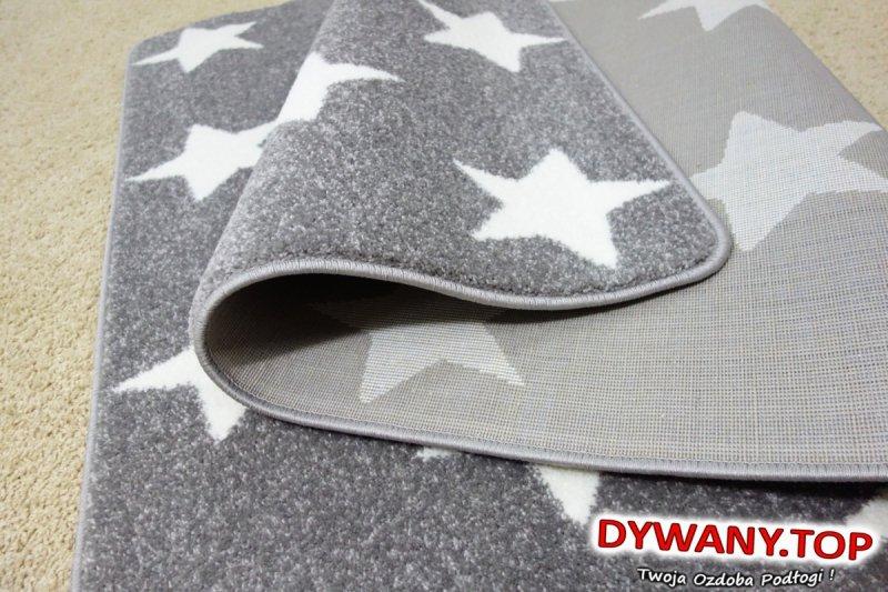 w gwiazdy kremowe dywan