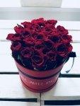 Czerwone żywe róże w średnim czerwonym boxie