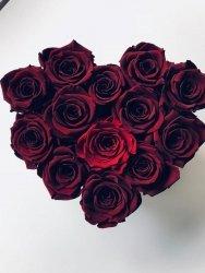 Bordowe wieczne róże w małym boxe heart