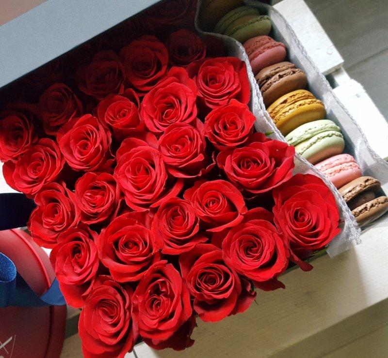 Czerwone róże w kwadratowym czarnym boxie z ciasteczkami