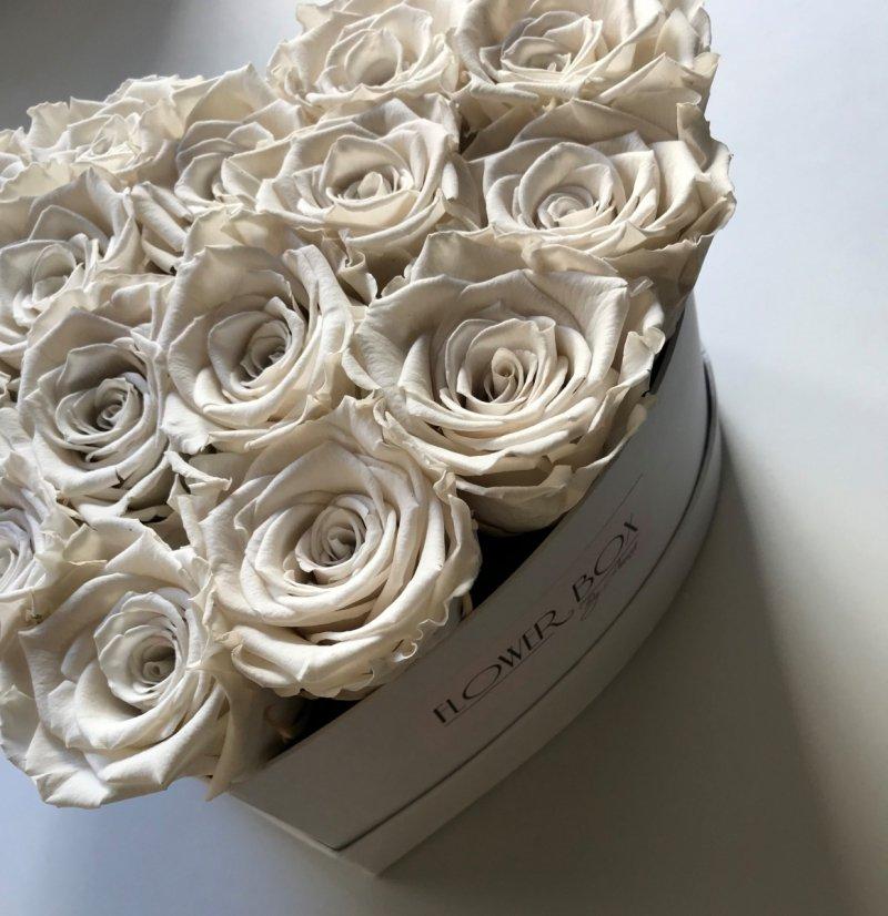 Kremowe róże w średnim boxe heart
