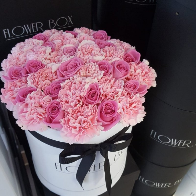 Mix różowych żywych róż z goździkami w dużym białym boxie