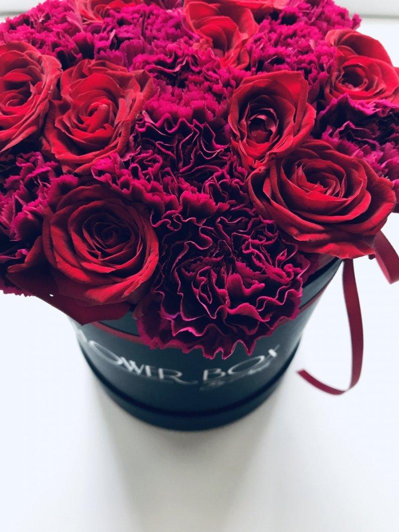 Mix czerwonych żywych róż z goździkami w średnim czarnym boxie